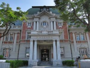 國立台南文學館裡頭架設精英文化,結果導致一般民眾望門興嘆。-300x225