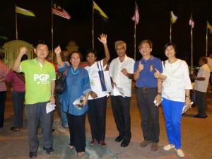 2bii 霹雳州联委会主席郑庭忠(右二)与成员陈凤玲(右一)以及黄云龙(左一)与其他非政府组织代表