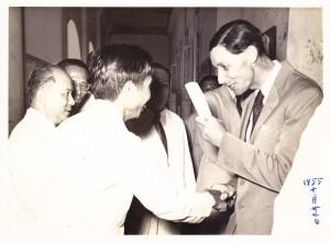 1954年10月28日,林连玉与到访尊孔中学的钦差大臣麦基里莱握手。大臣手里握着教育白皮书。