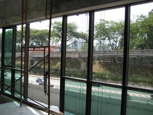 原办公楼外观为黑色帷幕墙玻璃,后来将建筑临街道介面进行破解,改用透光玻璃,改善光线不足问题。