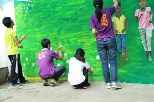"""马大华文学会负责创作主题为""""多彩多姿,共存共荣""""的壁画。"""