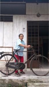 贺观娣女士和她用了近70年的脚踏车。
