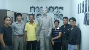 林先生养女林达、女婿朱治和与雕塑家祖革团队、设计团队合影。