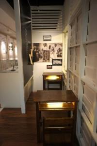 """(classroom) 修复学校的废弃木椅,作为复古的""""小教室"""",象征林先生为人师表的一面。"""
