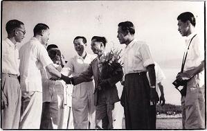 林先生抵达机场,受到郭银城(右二)和李典谟(右四)等人迎接。