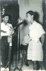 学生代表罗剑秋致词。左为联络主任林维雄,当年点唱会即由他中气十足报出捐款者的大名。